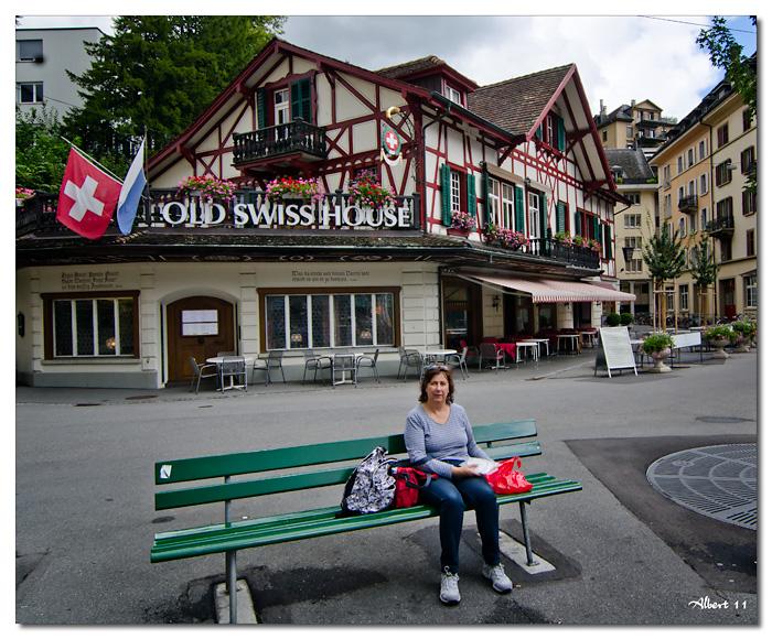 Dinar davant la Old Swiss School
